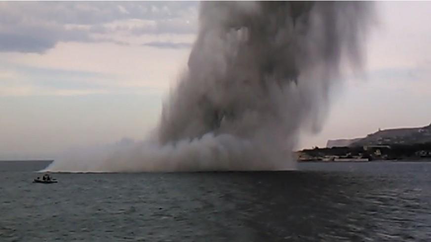Explosión de una mina en el mar. ARMADA