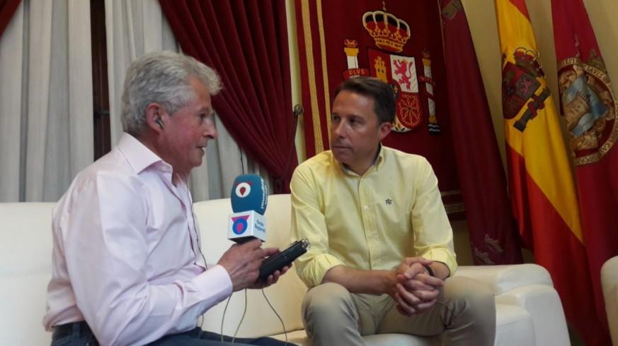 Paco Gómez con el alcalde de Lorca, Fulgencio Gil, durante su entrevista en el Ayuntamiento