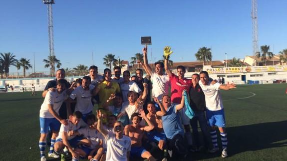 Los jugadores del Mar Menor celebran el éxito