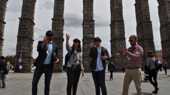 Los creadores de 'Natural DS' junto al Acueducto de Segovia