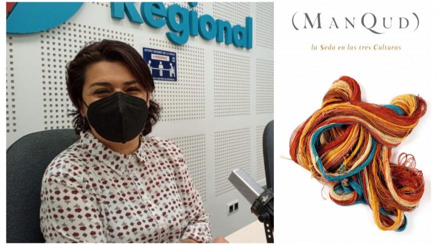 Clara Alarcón, historiadora y técnico de Cultura en el Museo de la Ciudad de Murcia, junto al cartel de la exposición