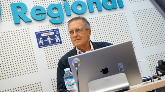 El doctor en Derecho Antonio Viñao en los estudios de Onda Regional de Murcia hablando de la LOMLOE