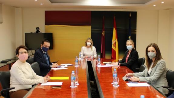 Carmen Piñero, primera por la izquierda, en la reunión con CROEM y la Consejería de Empresa. Foto: CARM