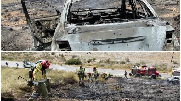 Coche siniestrado y monte quemado. Foto: @murciaforestal