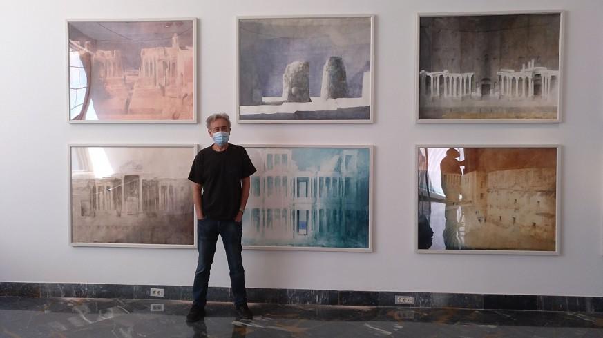 Pedro Cano en su exposición 'Teatros' en Cartagena