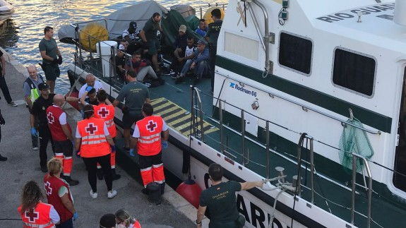 Cruz Roja atiende a los inmigrantes que llegan al puerto de Cartagena