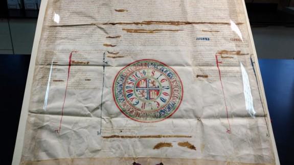 El Archivo Regional autentifica un documento del siglo XIII incautado por la Guardia Civil