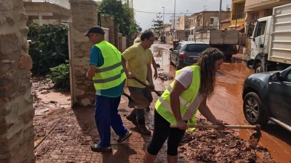 Voluntarios ayudando en la localidad de los Urrutias