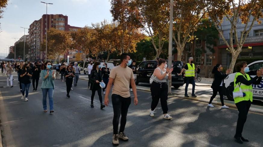 Protesta frente a la Asamblea convocada por hosteleros