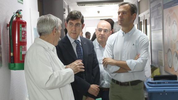 Visita del consejero Manuel Villegas (c) al hospital de Yecla
