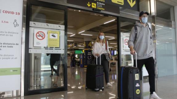 Turistas a la llegada a un aeropuerto