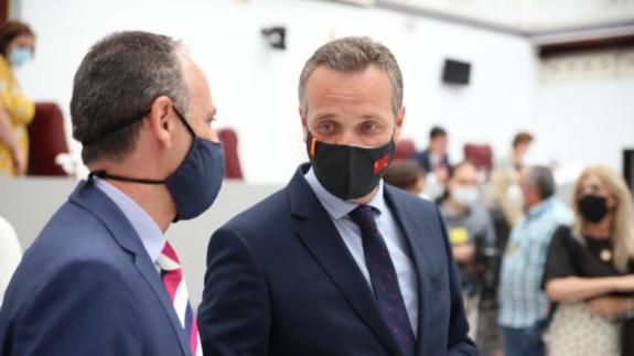 Javier Celdrán junto al portavoz del PP Joaquín Segado