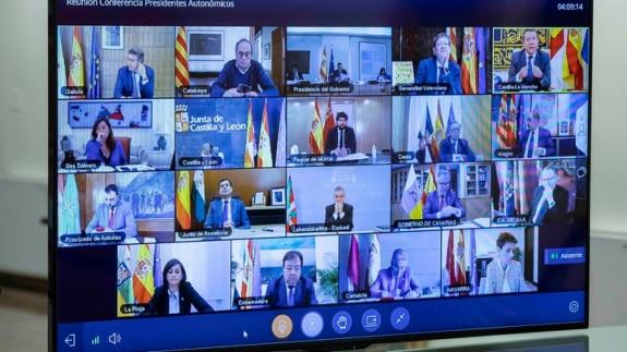 Imagen de una de las múltiples reuniones que ha mantenido por videoconferencia el presidente de la Comunidad Autónoma, Fernando López Miras