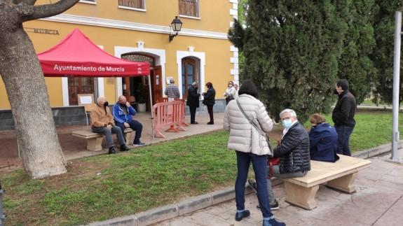 Gente a la espera de recibir la vacuna en el centro del Jardín del Salitre