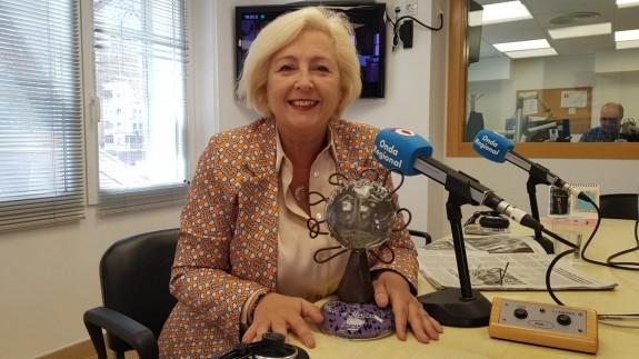 Juana Pérez con el Premio 8 de Marzo que recogió ayer en la gala celebrada en Lorca