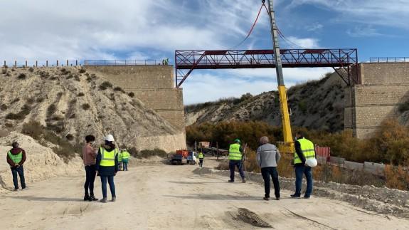 Colocación de la gran pasarela de la vía Verde del Chicharra. CLAUDIO CABALLERO
