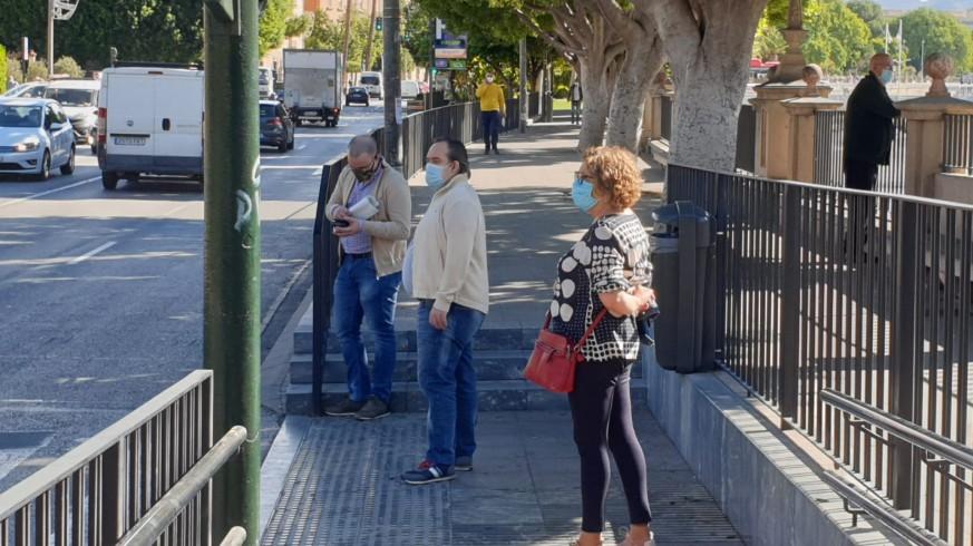 Gente paseando por la calle en Murcia