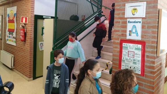 Alumnos de un colegio de Murcia bajando las escaleras en fila (archivo). ORM