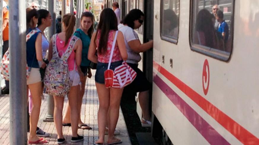 Pasajeros subiendo al tren Lorca-Águilas (archivo). GUIA VIAJERA