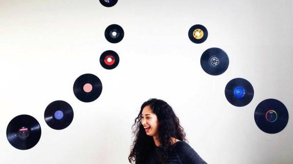 Chica con discos de vinilo