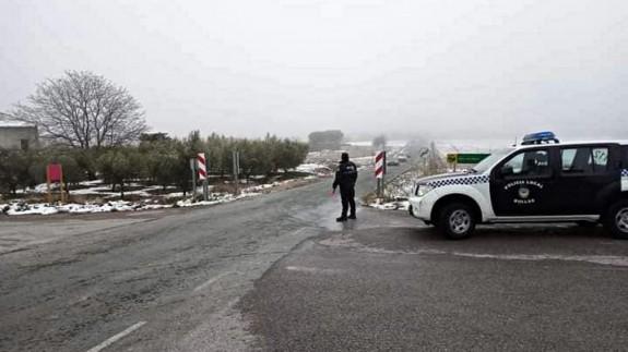 Imagen de la Policía Local de Bullas controlando ayer los accesos a la localidad