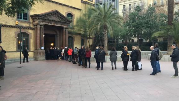 Colas para votar en un colegio de Barcelona