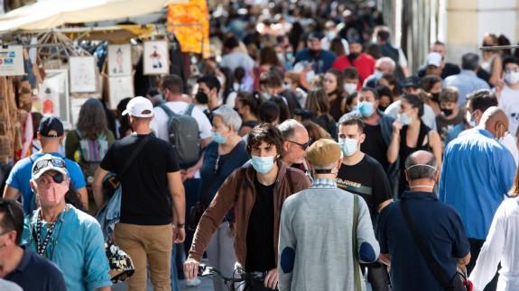 Visitantes pasean por El Rastro en Madrid