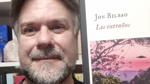 Vicente Velasco y el libro 'Los extraños' de Job Bilbao
