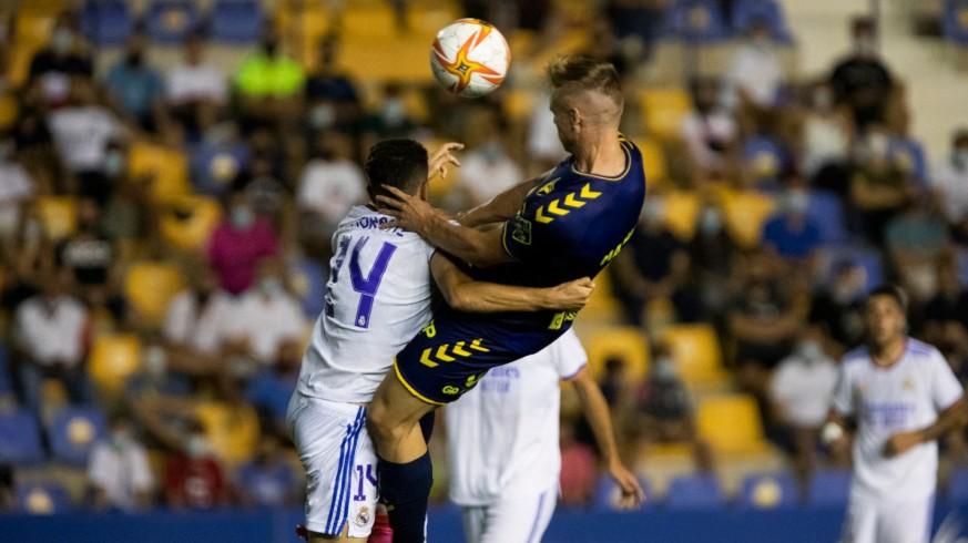 Manu Garrido cabecea el balón y marca el segundo gol del UCAM