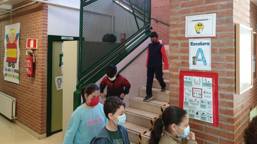 Alumnos con mascarilla bajan las escaleras en fila (archivo). ORM