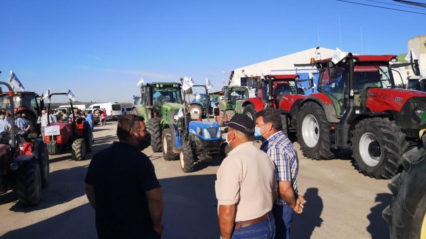 Agricultores junto a sus tractores se preparan este sábado para las manifestaciones
