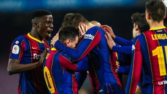Piqué y Messi se abrazan tras el segundo gol del Barcelona