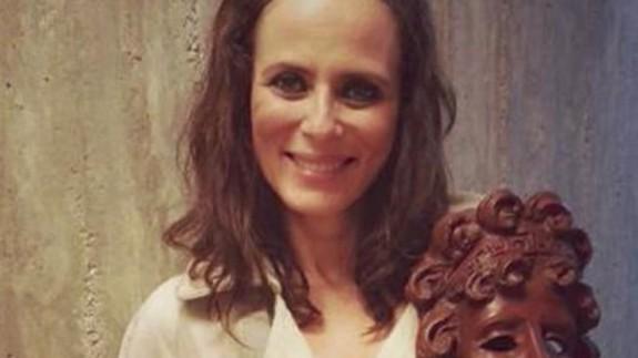 Aitana Sánchez Gijón posa con el premio festival teatro San Javier