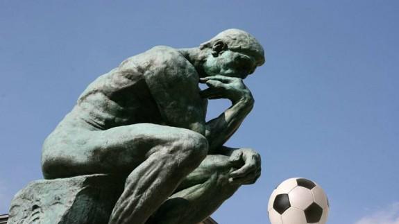 El pensador de Rodin y balón de fútbol