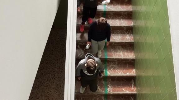 Alumnos bajando las escaleras por la zona delimitadas. ORM