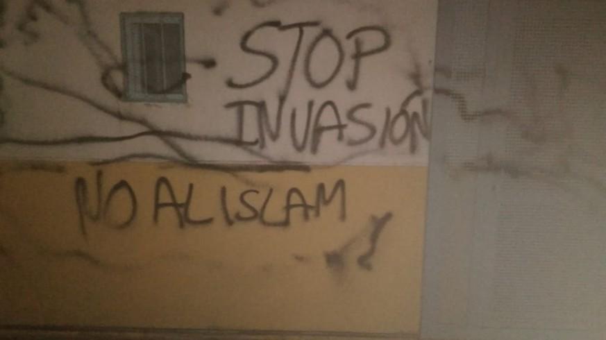 Pintadas en la fachada de la mezquita de Cabezo de Torres