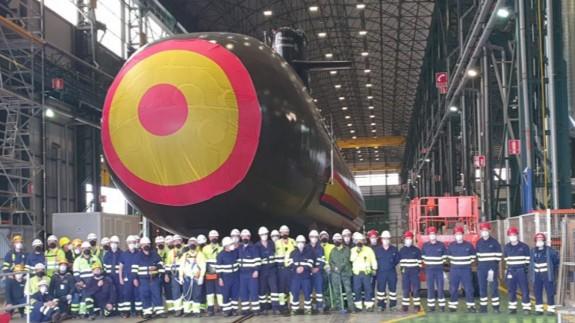 El S-81 en el astillero con el equipo que lo ha hecho posible. NAVANTIA