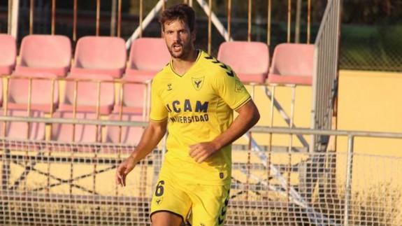 Mario Abenza, durante el choque. Foto: UCAM Murcia CF