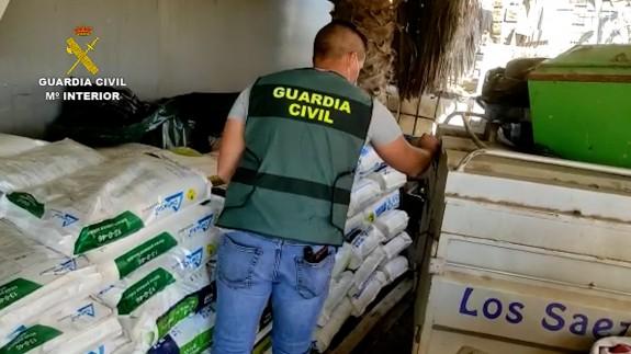 Un agente de la Guardia Civil supervisa el material incautado