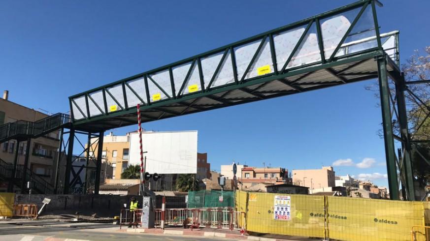 Montaje de la pasarela sobre las vías en Santiago el Mayor