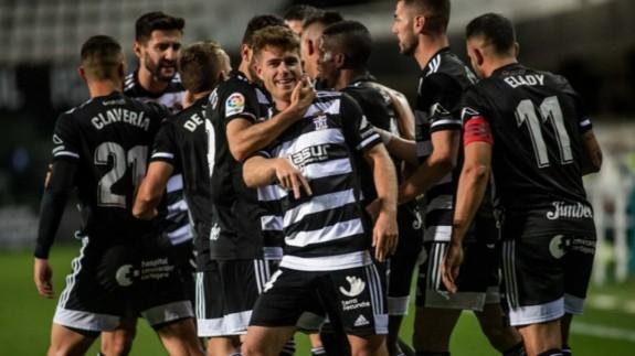 Berto Cayarga celebra un gol con el cuadro albinegro
