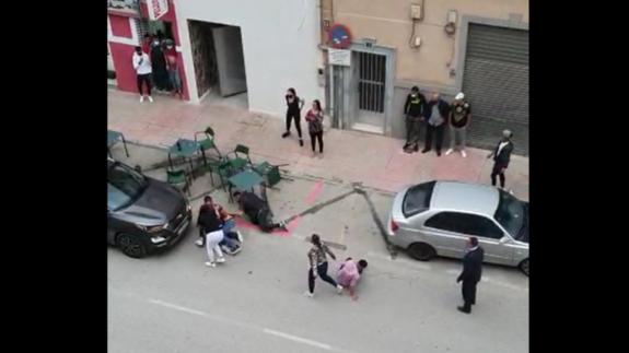 Varios jóvenes sin mascarilla se enzarzan en una pelea en Mula