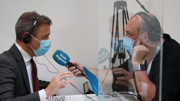 Marcos Ortuño conversa con nuestro compañero Enrique Soler