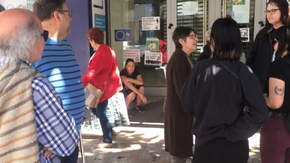 Los miembros de la plataforma, a las puertas de la sucursal del banco