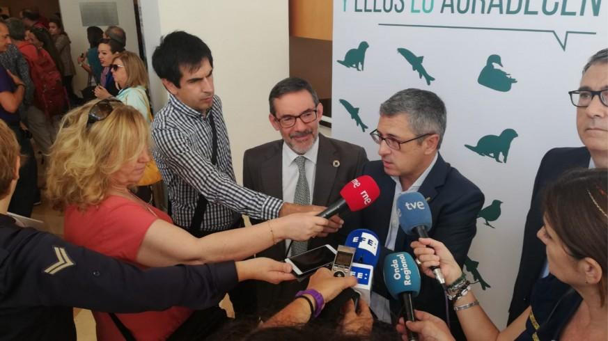 Hugo Morán atiende a la prensa antes de inagurar el congreso.