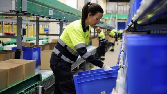 Mujer desempeñando un puesto de trabajo