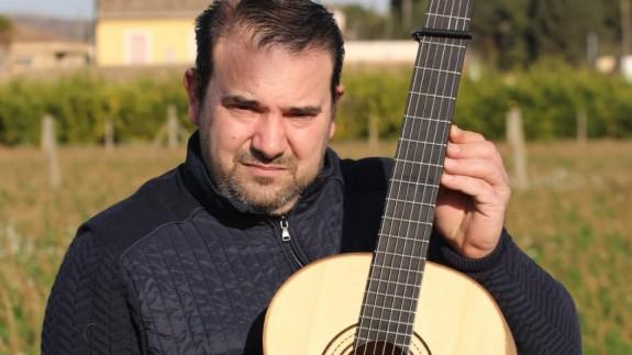 Pascual Ayala con uno de sus instrumentos