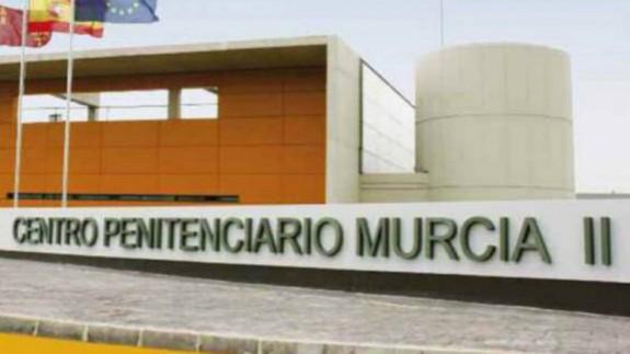 Acceso principal a la cárcel de Campos del Río II