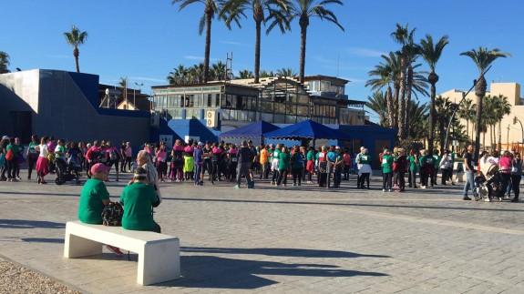 Participantes en la marcha a favor de la AECC en San Pedro