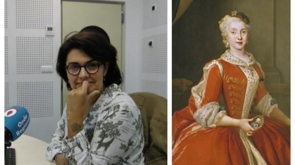 Clara Alarcón junto a una imagen de la reina María Amelia de Sajonia